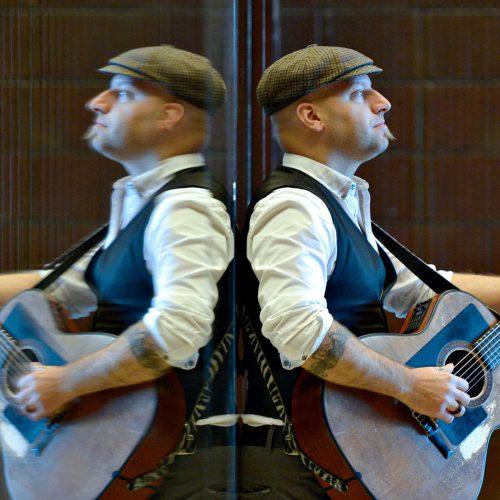 marco calliari avec une guitare