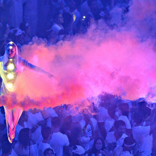 une femme au dessus de la foule