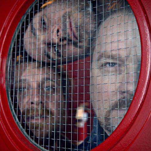 3 visages dans un hublot