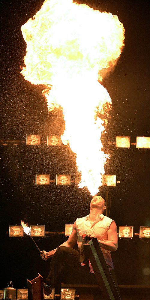 un homme crache du feu