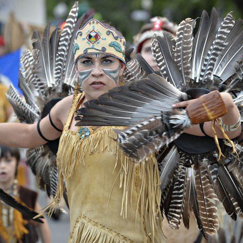 une femme déguissée en indienne