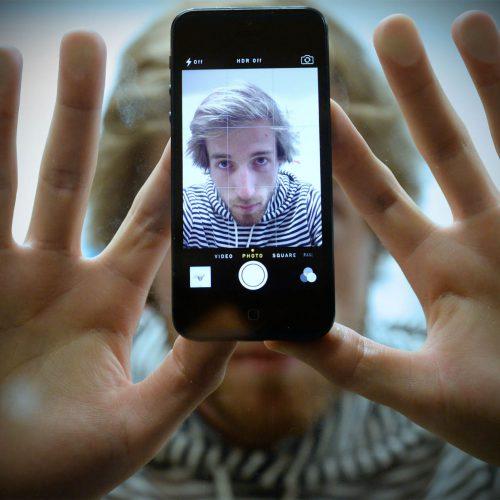 alex strohi dans un téléphone