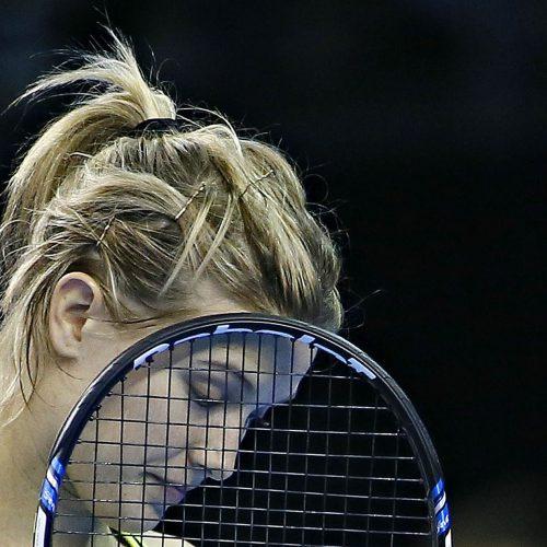 Eugenie Bouchard une raquette devant le visage