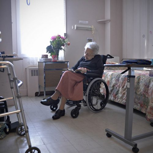 vieille dame en fauteuil roulant