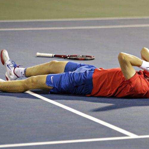 denis shapovalov couché par terre les mains au visage