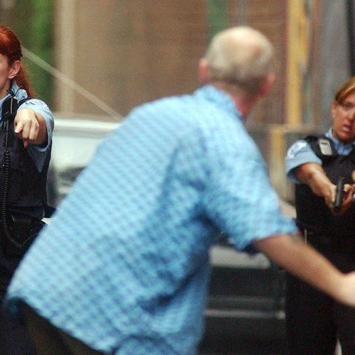 2 policières ordonnent un homme de se coucher