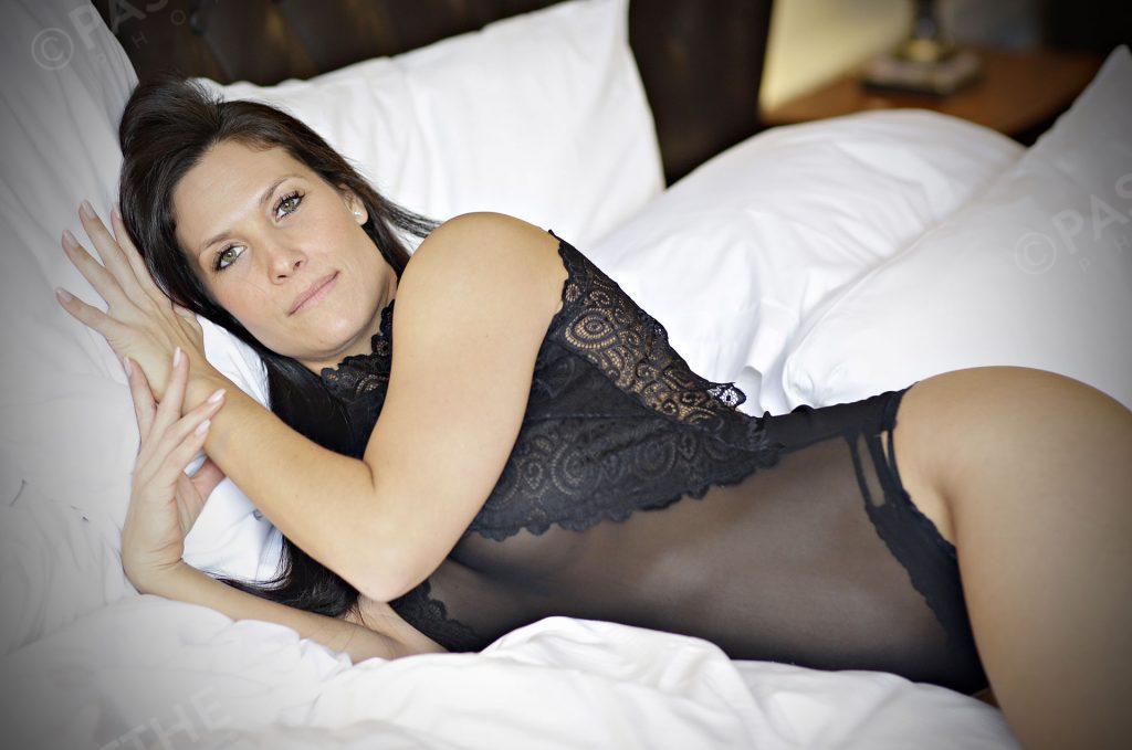 Sandra Lacoste pose sexy pour la caméra
