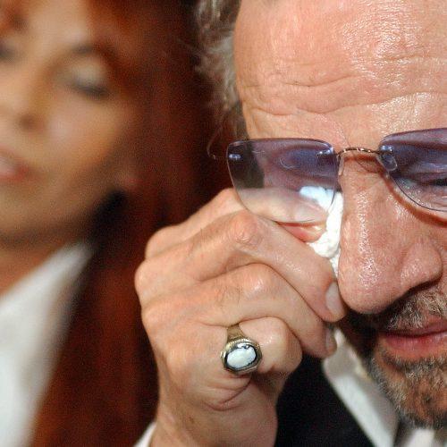 Claude Leveillée pleure au lancement de son livre