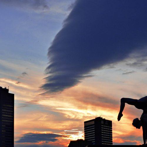 silhouette d'une femme en position de yoga à Québec