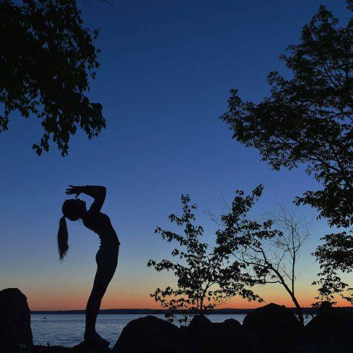 silhouette d'une femme en position de yoga