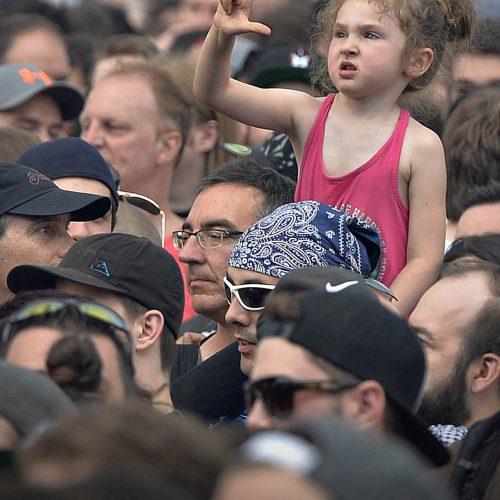 une petite fille à un show de métal au festival d'ete de Quebec