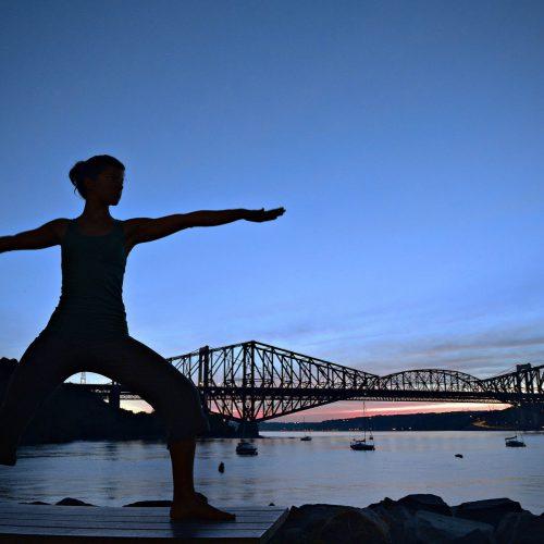 Yoga à l'aube de le pont de Québec