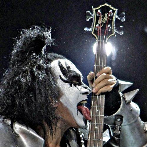 Gene simons Kiss lèche sa guitare