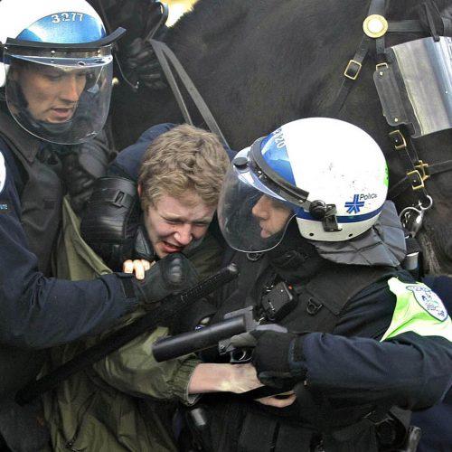 jeune homme attrapé par 2 policiers