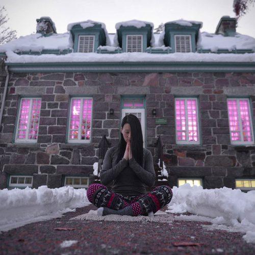 namaste yoga devant une maison en hiver