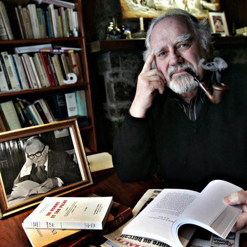 Pierre Grignon avec une pipe et un livre