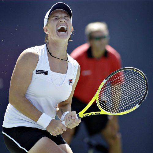 Une joueuse de tennis crie la raquette en mains