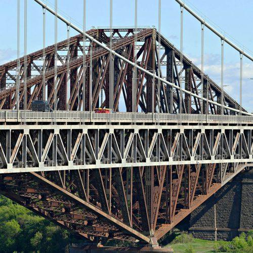 Le pont Pierre Laporte et le pont de Québec vus de proche
