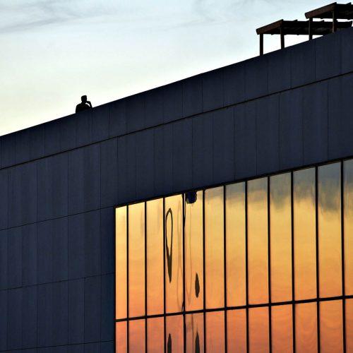 un homme parle au téléphone sur le toit d'un édifice