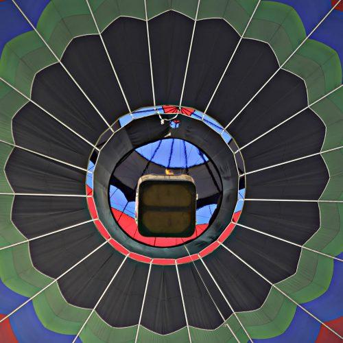 une montgolfière vue d'en dessous