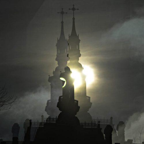 un clocher devant le soleil