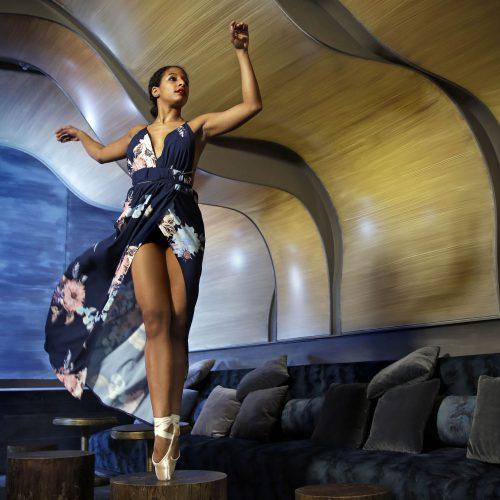 une ballerine debout sur une petite table