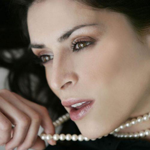 gros plan sur le visage d'une femme avec un colier de perle