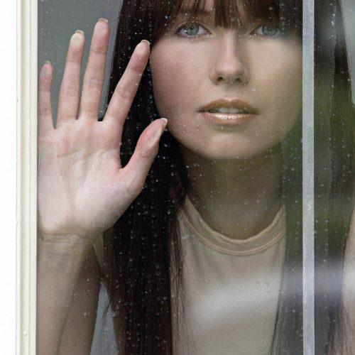 femme derrière une vitre