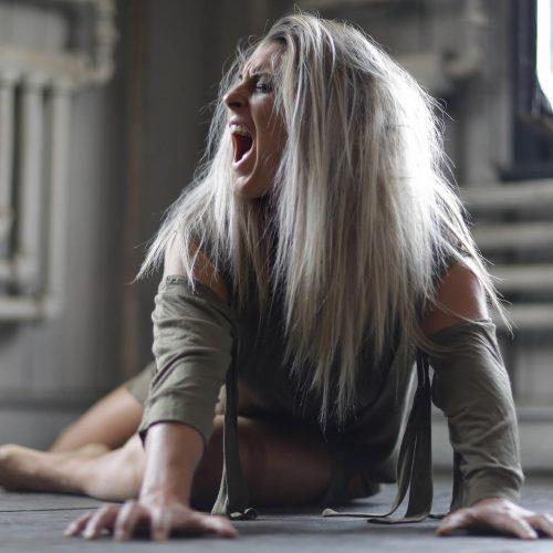 femme blonde qui crie par terre