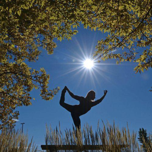 Yoga au milieu de l'été en plein soleil