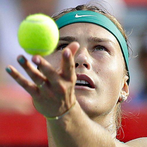 Une joueuse de tennis en plein service