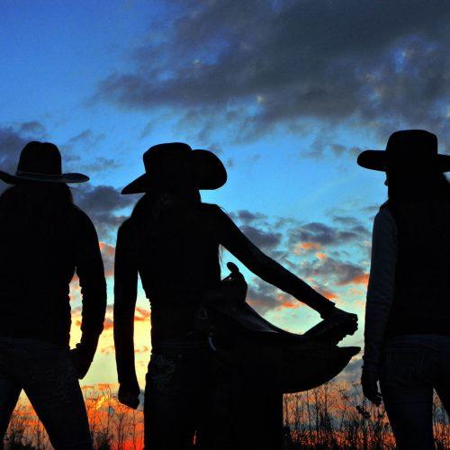 silhouette de 3 femmes avec chapeaux de cowboy