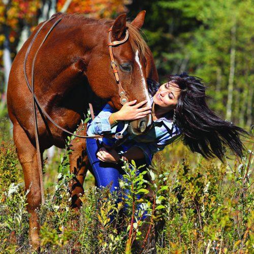 une jeune femme embrasse son cheval