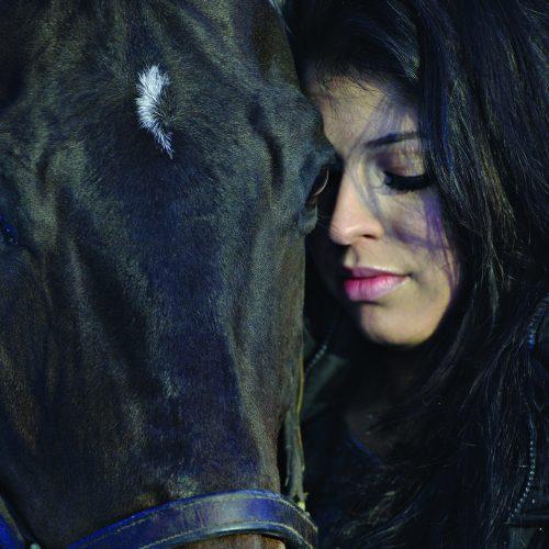 gros plan sur le visage d'une femme et son cheval