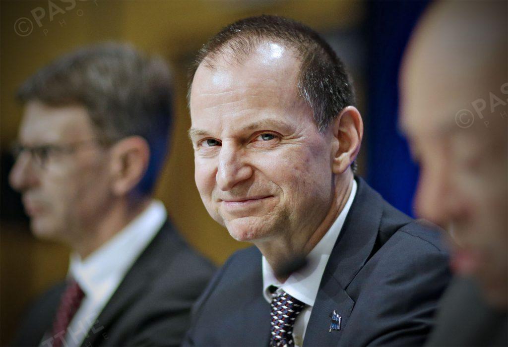 le ministre des finances eric girard et Christian dubé présente le premier budget 2019 de la CAQ durant le huit-clos