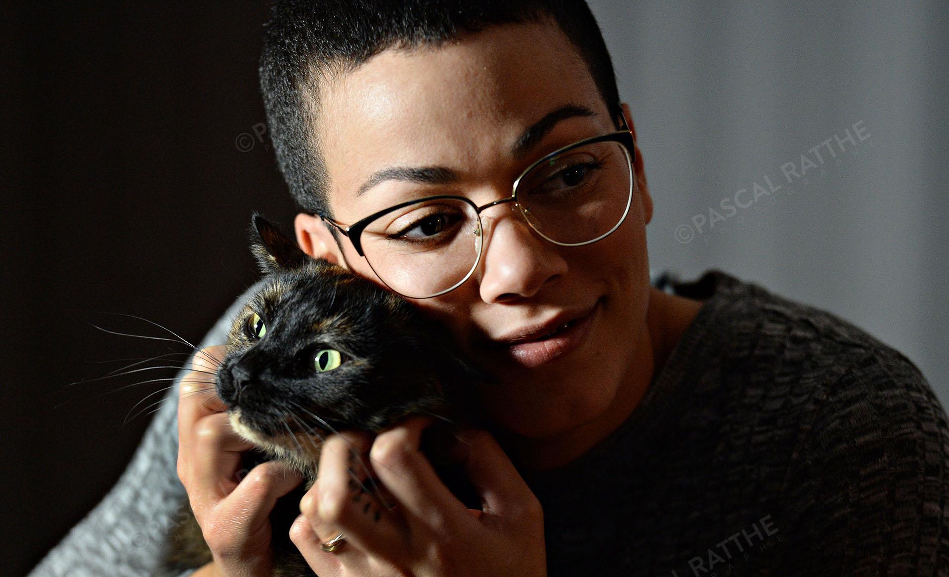 photographie portrait de Karine sergerie championne de taekwondo pour le site de Radio-CANADA avec son chat