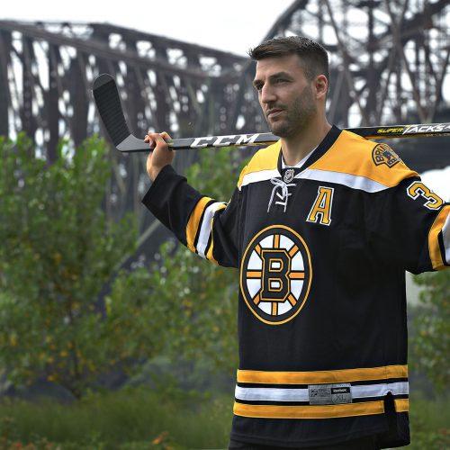 Patrice Bergeron le joueur des Bruins de Boston champion de la coupe Stanley devant le Pont de Québec