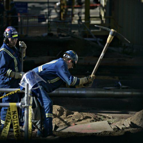 deux travailleurs dans le secteur des sables butimineux a Fort Mcmurray