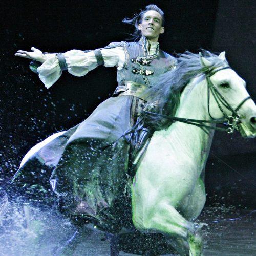 Benjamin Aillaud pendant le spectacle Odysseo de Cavalia à Laval arobatie à cheval
