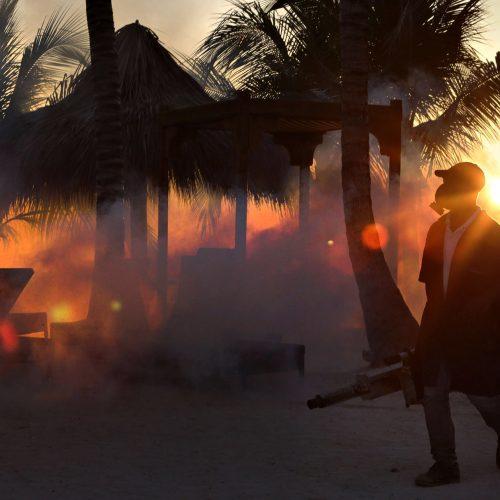 une place de la république dominicaine à Punta Cana se fait pulvériser de produit chimique pour chasser les insectes