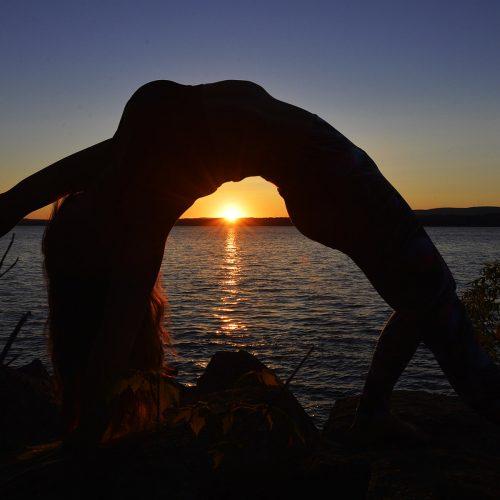 une posture de yoga au couché du soleil à Québec