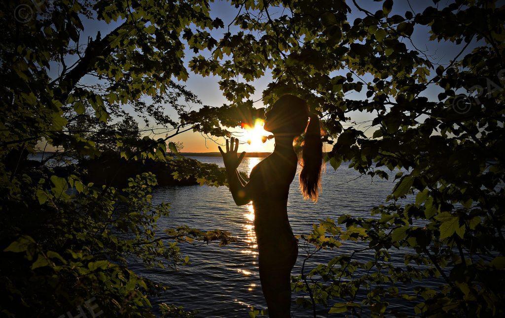 yoga, coucher de soleil, bord d'un lac,