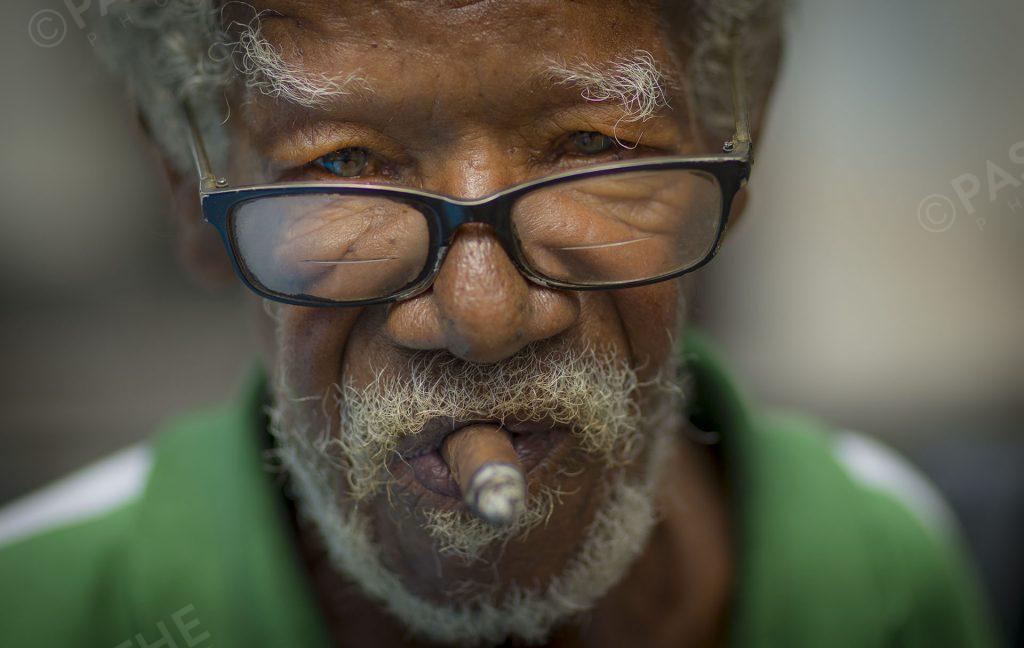 un mandiant à la havane, cuba fumant du cigare dans un milieu de pauvreté
