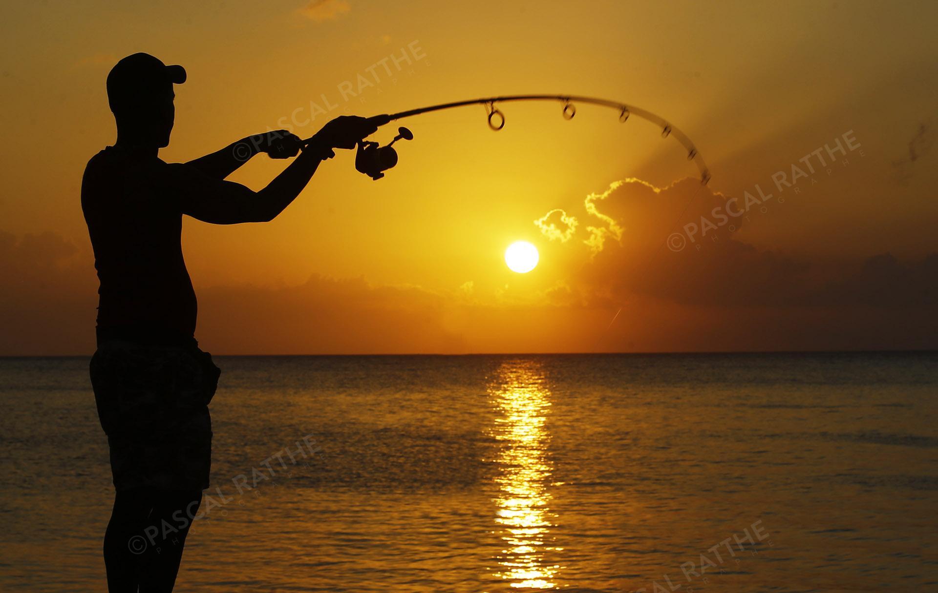 couché de soleil à la havane, Cuba avec un pêcheur