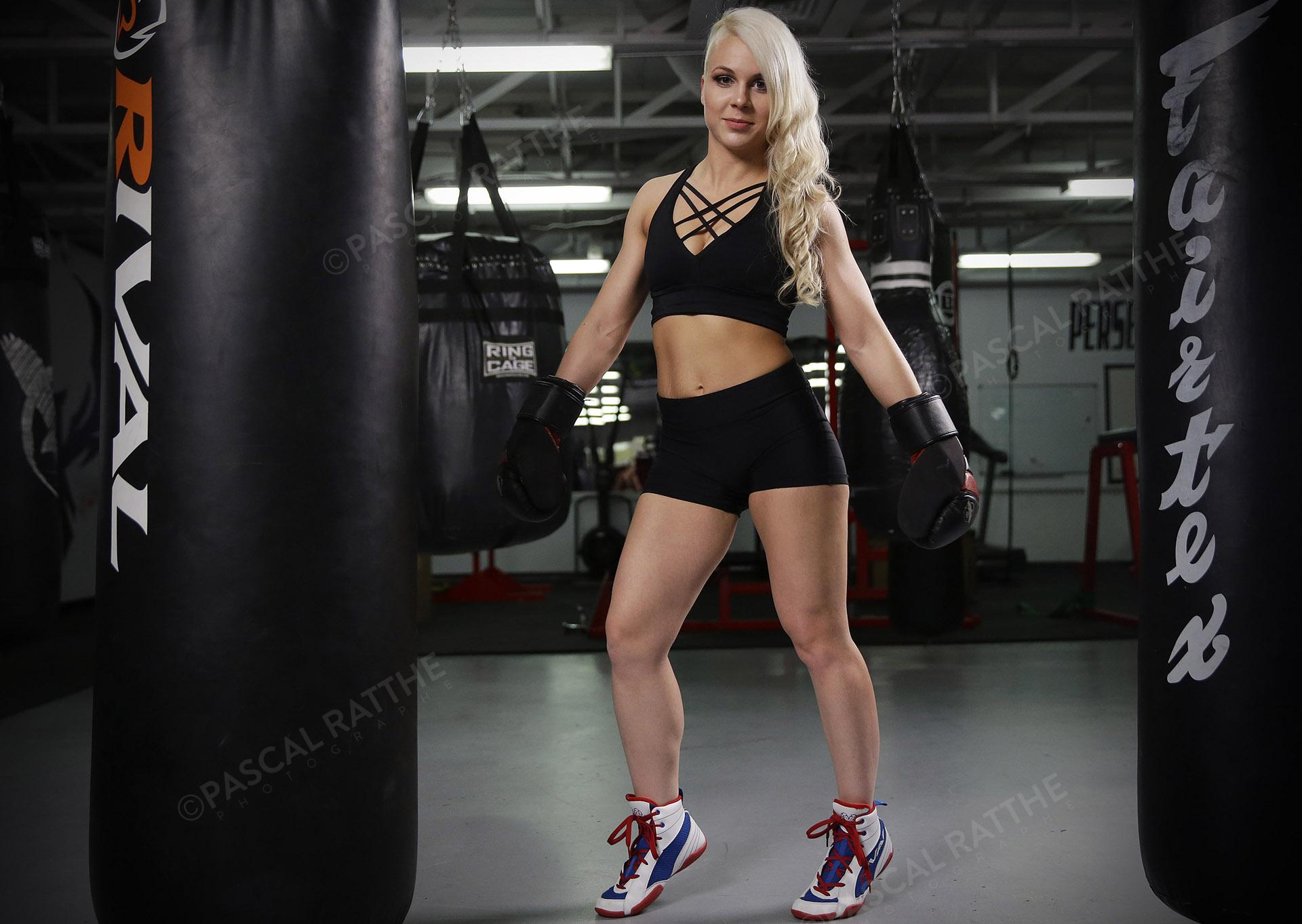 Émilie Gendron une jeune femme athlète de boxe pose fièrement avec ses gants