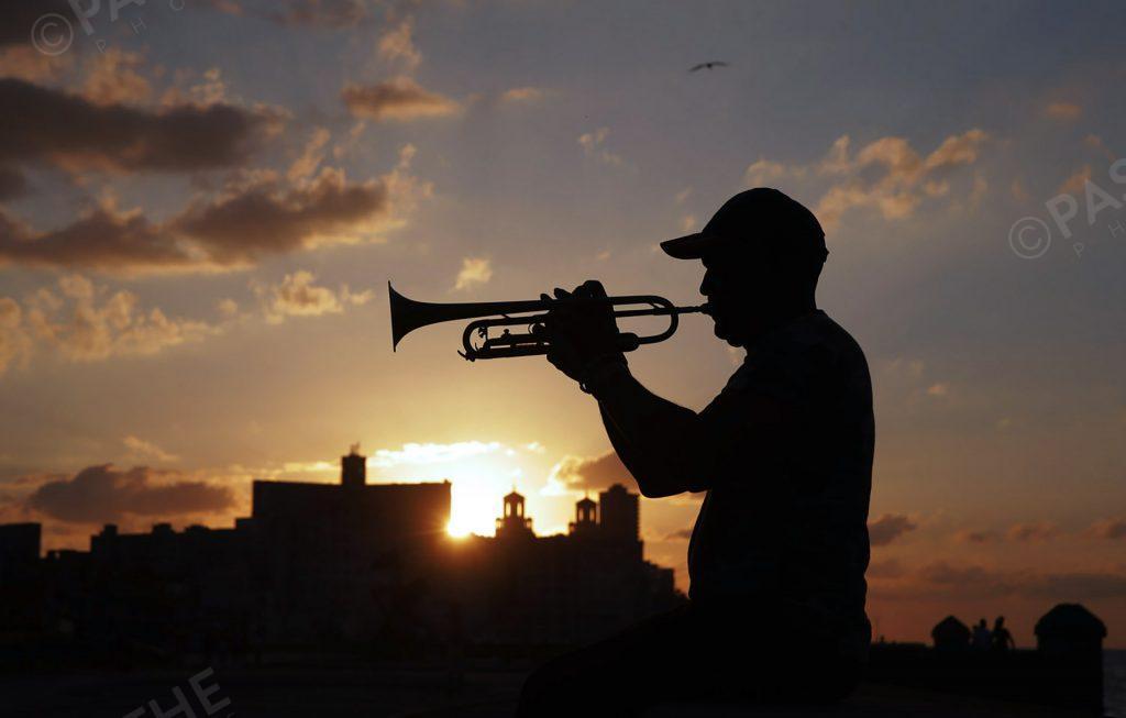 couché de soleil à la havane, Cuba, avec un trompettiste sur Le Malecon