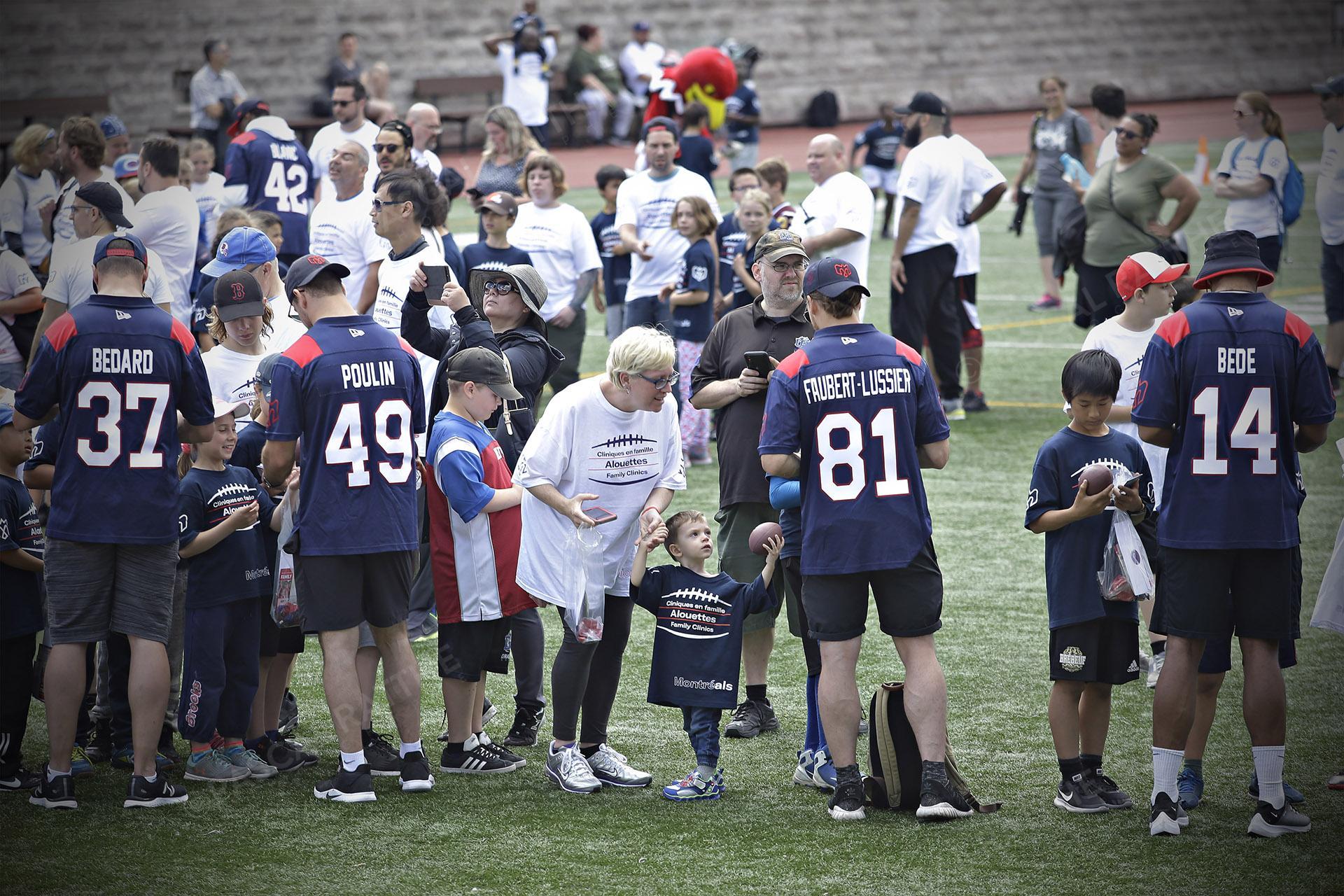 Cliniques Football des Alouettes de Montréal plusieurs joueurs des Alouettes signent des autographes pour les familles