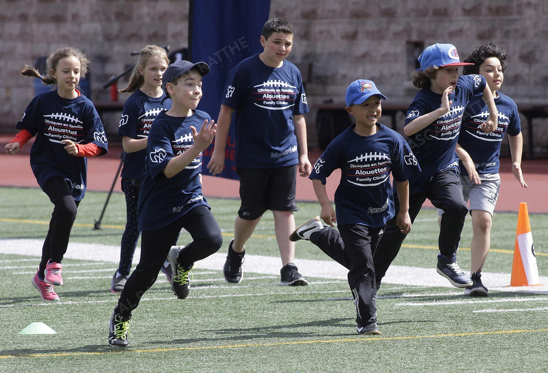 Cliniques Football des Alouettes de Montréal plusieurs enfants courent pour les différentes activités