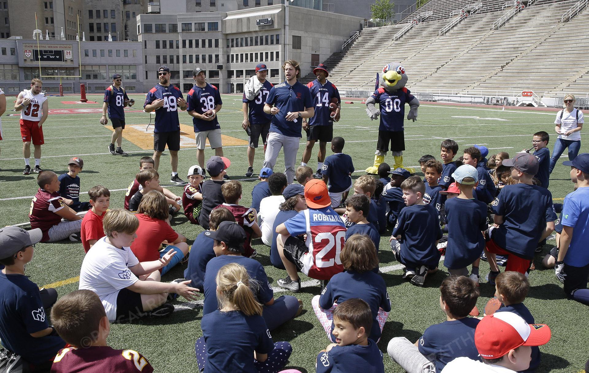 Cliniques Football des Alouettes de Montréal plusieurs joueurs de football expliquent aux enfants le déroulement de la journée