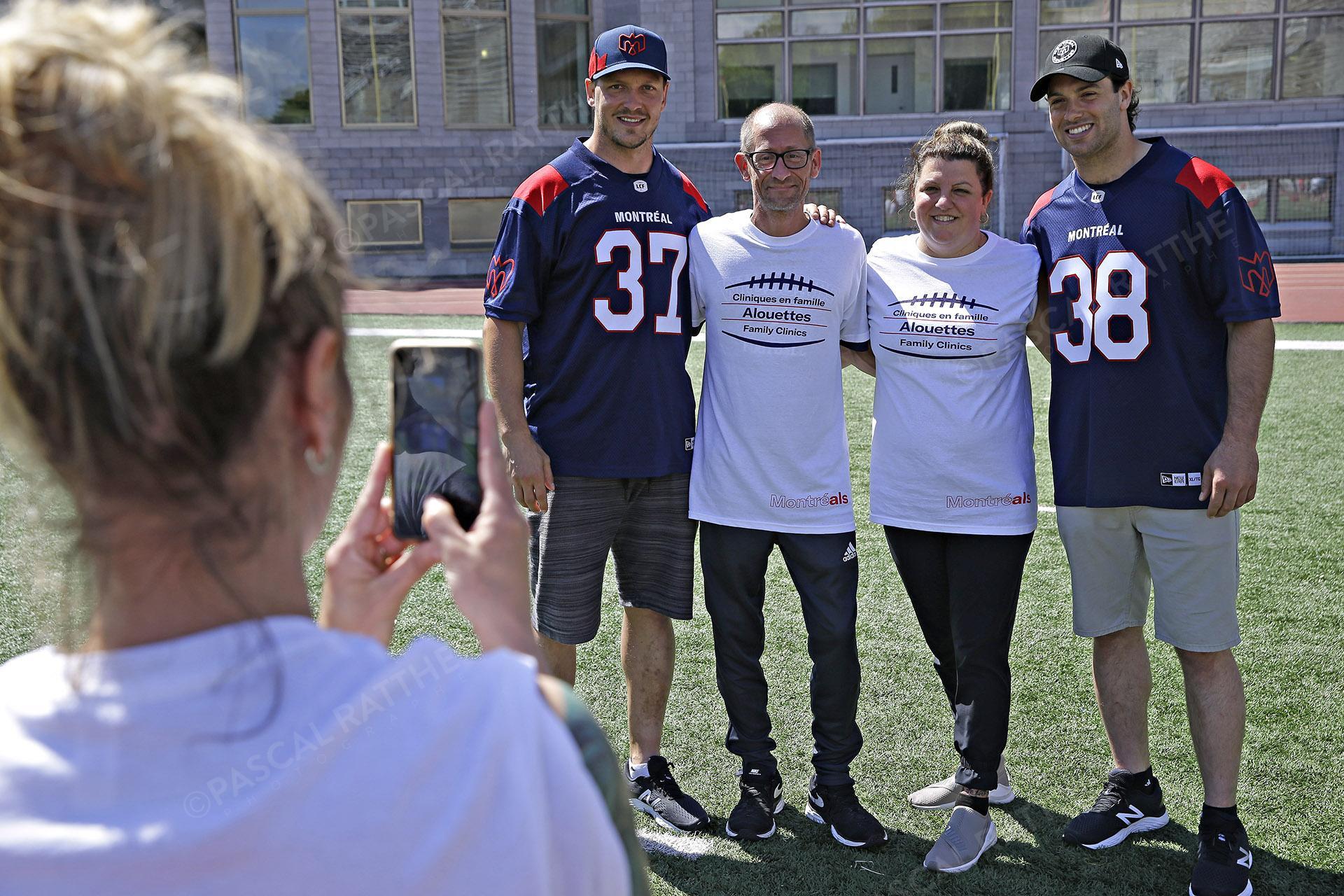 Cliniques Football des Alouettes de Montréal Christophe Martin Bédard et Normand posent avec des fans